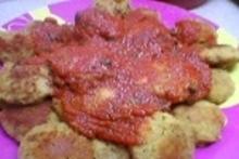 Φαβοκεφτέδες σε κόκκινη σάλτσα με σκόρδο και κάπαρη