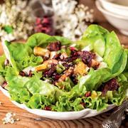 Πράσινη σαλάτα με λευκή κρέμα βαλσαμικού, φρούτα και μανούρι
