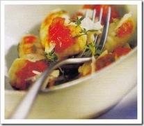 Νιόκι με σάλτσα ντομάτας βασιλικό και σκόρδο