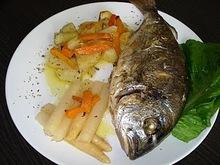 Τσιπούρες με λαχανικά και σπαράγγια