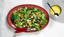 Πράσινη σαλάτα με μυρωδικά, κάστανα και ρόδι