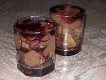 Τράιφλ με μπισκότα, κρέμα σοκολάτα και σιρόπι βύσσινο