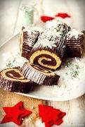 Ένας γιορτινός κορμός με παντεσπάνι και μια σοκολατένια βασιλόπιτα για το τραπέζι του ρεβεγιόν της πρωτοχρονιάς!