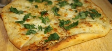 Σκορδόψωμο με ζύμη πίτσας