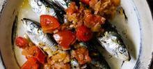 Σαρδέλες φιλέτο ψητές στο φούρνο με κόκκινη σάλτσα ντομάτας και λαχανικά