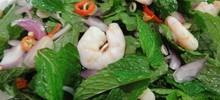Σαλάτα με δυόσμο και γαρίδες με σάλτσα από λουίζα πρωτότυπη