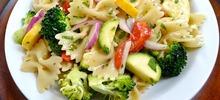 Μακαρονοσαλάτα με κολοκυθάκια, μπρόκολο, πιπεριές και διάφορα λαχανικά