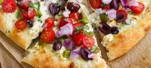 Πίτσα ελληνική χωριάτικη σπιτική σπέσιαλ με τυρί φέτα, ελιές, ντομάτα και διάφορα υλικά
