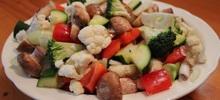 Σαλάτα με διάφορα ωμά λαχανικά για δίαιτα