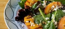 Πράσινη σαλάτα με ρόκα, ροδάκινα και κάσιους με μέλι και βαλσάμικο