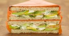 Σολομός στο γκριλ σε ψωμί του τοστ με κρεμμυδάκι φρέσκο και μαγιονέζα