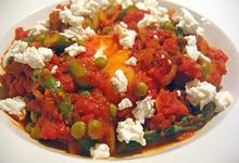 Λαχανικά στην κατσαρόλα με κόκκινη σάλτσα