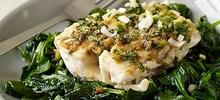 Ψάρι με σπανάκι στο φούρνο και λαχανικά