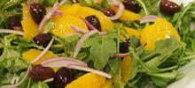 Σαλάτα πορτοκάλι με κρεμμύδι, ρόκα και λίγα υλικά
