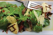 Σπανάκι με μανιτάρια πλευρώτους, ταλαγάνι, λιαστές τομάτες και βινεγκρέτ με μπέικον από τον master chef γιάννη λουκάκο