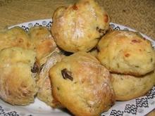 Σπιτικά ψωμάκια με κρεμμύδια, τυρί και ελιές