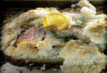 Τσιπούρα με χοντρό αλάτι και φέτες λεμονιού