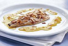 Ψάρι σε κρούστα αμυγδάλου με κρόκο κοζάνης