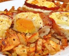 Μπέικον, αβγά, τομάτα και τυρί τσένταρ