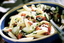 Κρύες φαρφάλες με ντομάτα, φέτα και μυρωδικά