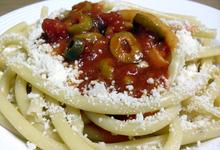 Ζυμαρικά με σάλτσα ντομάτας και ελιές
