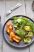Σαλάτα με φύλλα γογγυλιών (turnip greens), χαλούμι και ντρέσινγκ με ταχίνι και κουρκουμά