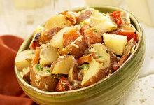 Ζεστή κοτοσαλάτα με μουστάρδα και πατάτες