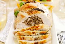Ρολό γαλοπούλας γεμιστό με κιμά και σάλτσα με γιαούρτι