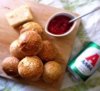 Αφράτα ψωμάκια με μπύρα, μουστάρδα και ώριμο cheddar!