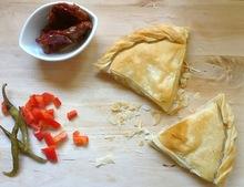 Η πίτα με την πιπεριά Φλωρίνης, την λιαστή ντομάτα και τη φέτα!