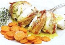 Κοτόπουλο φιλέτο τυλιγμένο με μπέικον και λαδολέμονο σερβιρισμένο με καροτάκια Μαροκινά