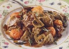 Αρνάκι στη γάστρα σε μπουκιές με μανιτάρια, ντοματίνια, δενδρολίβανο, σκόρδο
