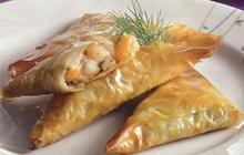 Πιτάκια με γαρίδες ψαχνά ψαριού, μπεσαμέλ, άνηθο βρασμένα σε κρασί