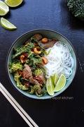 Stir-fry με μαριναρισμένο βοδινό, λάχανο savoy και κάσιους