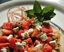 διανοούμενη σαλάτα καρπούζι με ντομάτα