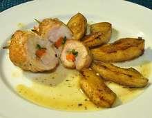 γεμιστά ρολά κοτόπουλου με λαχανικά και αρωματική σάλτσα κρασιού