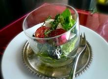 πράσινη σαλάτα με φέτα, μοτσαρέλα, σουσάμι και κύμινο: όλα ένα παιχνίδι