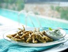 αθερίνα τηγανητή με ντιπ γιαουρτιού: σαν βόλτα στη θάλασσα