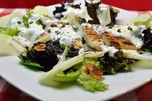 Πράσινη σαλάτα με κοτόπουλο και σάλτσα γιαουρτιού / Salad with greens, chicken and yoghurt dressing