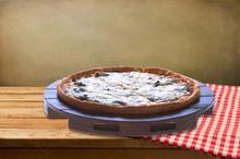 Πίτσα με γραβιέρα, σαλάμι, πιπεριά, ελιές, σπανάκι