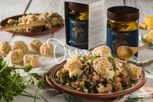 Σαλάτα με κινόα, ρεβίθια, σιτάρι και λαδοτύρι πανέ
