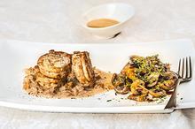 Ψαρονέφρι με ζεστή σαλάτα Portobello και σάλτσα κρέμας