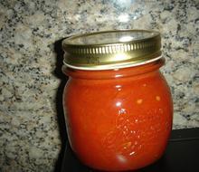 Σπιτική σάλτσα ντομάτας σε βάζα