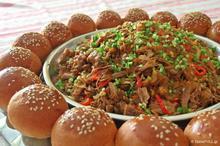 Burger με ζουμερό ξεψαχνισμένο χοιρινό