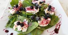 Σαλάτα σπανάκι-μοτσαρέλα με φρούτα του δάσους
