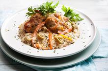 Κοτόπουλο με μακρύκοκκο ρύζι, λαχανικά και κρέμα.