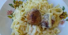 Κεφτεδάκια με σάλτσα τυριού και ζυμαρικά στο φούρνο