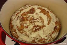 Σπιτικό ψωμί χωρίς ζύμωμα σε μαντεμένια κατσαρόλα
