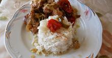 Xoιρινό  στη  γάστρα  με  λαχανικά  και  ρύζι  basmati