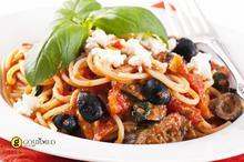 Μεσογειακό σπαγγέτι με ελιές, φέτα και κόκκινες πιπεριές